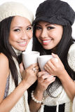 Mujeres asiáticas que beben el café Foto de archivo
