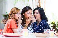 Mujeres asiáticas que cotillean sobre cosas Imagen de archivo libre de regalías