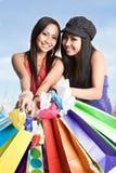 Mujeres asiáticas que hacen compras Imagen de archivo libre de regalías