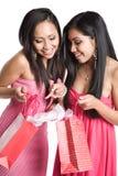 Mujeres asiáticas que reciben los regalos de la tarjeta del día de San Valentín Fotos de archivo libres de regalías