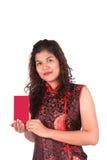 Mujeres asiáticas que sostienen el sobre rojo foto de archivo
