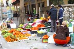 Mujeres asiáticas que venden la fruta en el mercado Foto de archivo libre de regalías