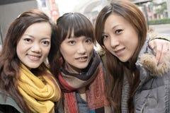 Mujeres asiáticas sonrientes felices en ciudad fotografía de archivo