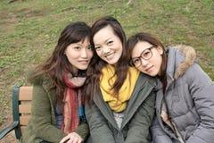 Mujeres asiáticas sonrientes felices en el parque fotos de archivo libres de regalías