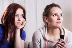 Mujeres asustadas que miran la televisión Fotografía de archivo