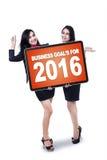 Mujeres atractivas con las metas de negocio para 2016 Fotografía de archivo libre de regalías