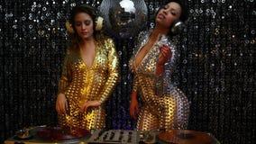 2 mujeres atractivas de DJ del partido almacen de metraje de vídeo