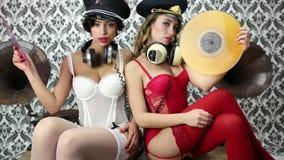 2 mujeres atractivas del partido almacen de metraje de vídeo