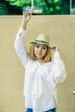 Mujeres atractivas jovenes hermosas de Asia que presentan con la ducha fotografía de archivo
