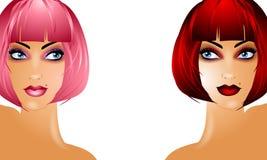 Mujeres atractivas que desgastan pelucas rojas y rosadas Foto de archivo libre de regalías