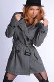 Mujeres atractivas que presentan en una chaqueta Imagenes de archivo