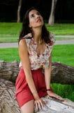 Mujeres atractivas que se sientan en un árbol Imagen de archivo libre de regalías