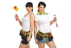 Mujeres atractivas que sostienen las herramientas de la construcción Imagen de archivo
