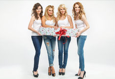 Mujeres atractivas que sostienen un regalo Imagen de archivo libre de regalías