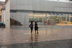 Mujeres bajo la lluvia Fotos de archivo libres de regalías