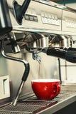 Mujeres Barista que usa la máquina del café para hacer el café en la cafetería imagen de archivo