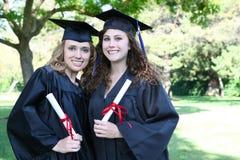 Mujeres bastante jovenes en la graduación Imágenes de archivo libres de regalías