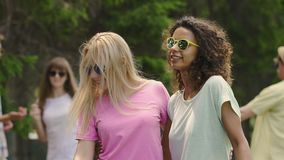 Mujeres bastante jovenes que bailan, pelo que agita, disfrutando de vida maravillosa en el partido metrajes