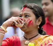Mujeres bengalíes que realizan a Durga Puja Imágenes de archivo libres de regalías