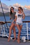 Mujeres bonitas atractivas jovenes que navegan en el barco en país tropical Imagen de archivo libre de regalías