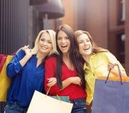 Mujeres bonitas con los panieres al aire libre Imagen de archivo libre de regalías