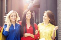 Mujeres bonitas con los panieres al aire libre Foto de archivo