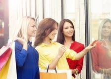 Mujeres bonitas con los panieres al aire libre Foto de archivo libre de regalías