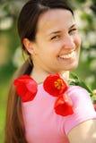 Mujeres bonitas con los tulipanes Imagen de archivo libre de regalías
