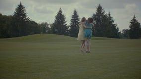 Mujeres bonitas emocionadas que disfrutan de la libertad en naturaleza almacen de video