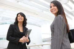 Mujeres bonitas en el edificio de oficinas Imagen de archivo libre de regalías