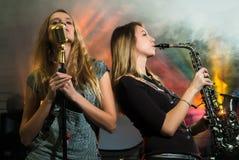 Mujeres bonitas jovenes con el saxofón Fotografía de archivo