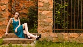 Mujeres bonitas jovenes que se sientan en wicket de la cerca Fotografía de archivo libre de regalías