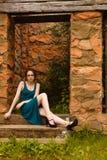 Mujeres bonitas jovenes que se sientan en wicket de la cerca Imagenes de archivo