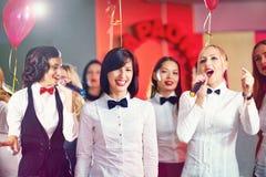 Mujeres bonitas que se divierten en partido del Karaoke imagen de archivo