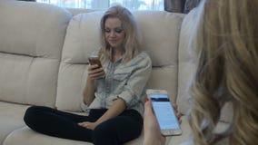 Mujeres bonitas que usan smartphones almacen de metraje de vídeo