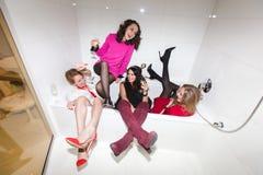 Mujeres borrachas en baño Fotografía de archivo libre de regalías