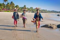 Mujeres Burmese que venden pescados asados a la parilla fotos de archivo