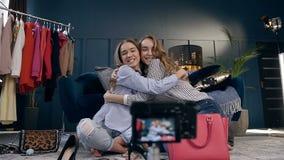 Mujeres caucásicas lindas que abrazan durante el vídeo de la belleza que tira para el vlog metrajes
