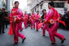 Mujeres chinas en vestido, juego y danza tradicionales con el s Fotos de archivo libres de regalías