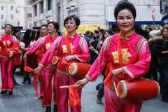 Mujeres chinas en vestido, juego y danza tradicionales con el s Fotografía de archivo