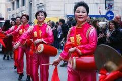 Mujeres chinas en vestido, juego y danza tradicionales con el s Foto de archivo libre de regalías