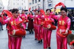 Mujeres chinas en vestido, juego y danza tradicionales con el s Fotografía de archivo libre de regalías