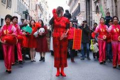 Mujeres chinas en vestido, juego y danza tradicionales con el s Imagen de archivo libre de regalías