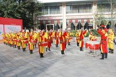 Mujeres chinas que juegan el tambor y el gongo Imagen de archivo libre de regalías