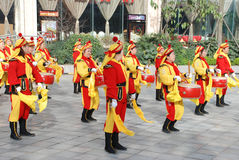 Mujeres chinas que juegan el tambor y el gongo Fotografía de archivo libre de regalías