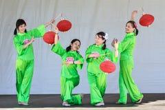 Mujeres chinas que realizan danza de la linterna en el festival fotos de archivo