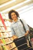 Mujeres, compras, supermercado, carro de la compra, venta al por menor, golpecito del ultramarinos Imagenes de archivo