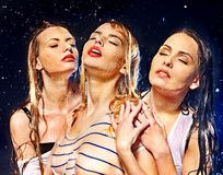 Mujeres con descenso del agua. Fotografía de archivo