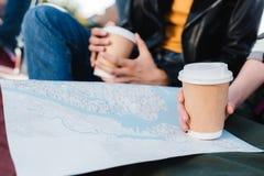 mujeres con el mapa y el café a ir Imagen de archivo