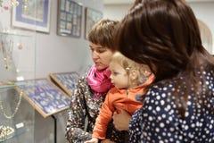 Mujeres con el niño en museo Imagen de archivo